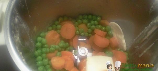 preparazione sformatini di verdura piselli e carote